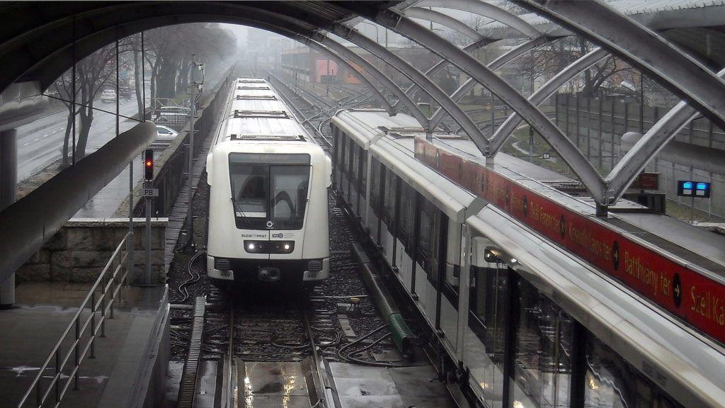 Budapest, 2018. február 13. A Budapesti Közlekedési Központ (BKK) 2-es  metróvonalán közlekedõ egyik Alstom Metropol szerelvény az Örs vezér terei végállomásáról a Pillangó utcai megállója felé tart, csökkentett sebességgel (b). Ellenkezõ irányba tartó társa innen ugyancsak lassabban megy majd a végállomásig. Ezen a pályaszakaszon 2016. december 5-én enyhe koccanásos baleset történt, amely miatt a sebességkorlátozás ma is érvényben van. MTVA/Bizományosi: Jászai Csaba  *************************** Kedves Felhasználó! Ez a fotó nem a Duna Médiaszolgáltató Zrt./MTI által készített és kiadott fényképfelvétel, így harmadik személy által támasztott bárminemû – különösen szerzõi jogi, szomszédos jogi és személyiségi jogi – igényért a fotó készítõje közvetlenül maga áll helyt, az MTVA felelõssége e körben kizárt.