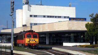Balatonfüred, 2018. június 5. A MÁV Start Zrt. Ganz MÁVAG-ban gyártott DHM-7 dízel-hidraulikus hajtásrendszerû mozdonya által vontatott gyorsvonati szerelvény áll a város 2017 júliusában fölavatott korszerû vasútállomásán.        MTVA/Bizományosi: Jászai Csaba  *************************** Kedves Felhasználó! Ez a fotó nem a Duna Médiaszolgáltató Zrt./MTI által készített és kiadott fényképfelvétel, így harmadik személy által támasztott bárminemû – különösen szerzõi jogi, szomszédos jogi és személyiségi jogi – igényért a fotó készítõje közvetlenül maga áll helyt, az MTVA felelõssége e körben kizárt.