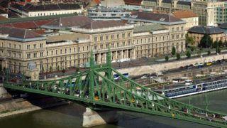 Budapest, 2018. június 28. A Budapesti Corvinus Egyetem (korábban közgazdaságtudományi egyetem) három épülete a fõváros IX. kerületében, a Fõvám tér környékén. Elõtte a Szabadság híd és egy kikötött hotelhajó a Dunán. MTVA/Bizományosi: Jászai Csaba  *************************** Kedves Felhasználó! Ez a fotó nem a Duna Médiaszolgáltató Zrt./MTI által készített és kiadott fényképfelvétel, így harmadik személy által támasztott bárminemû – különösen szerzõi jogi, szomszédos jogi és személyiségi jogi – igényért a fotó készítõje közvetlenül maga áll helyt, az MTVA felelõssége e körben kizárt.