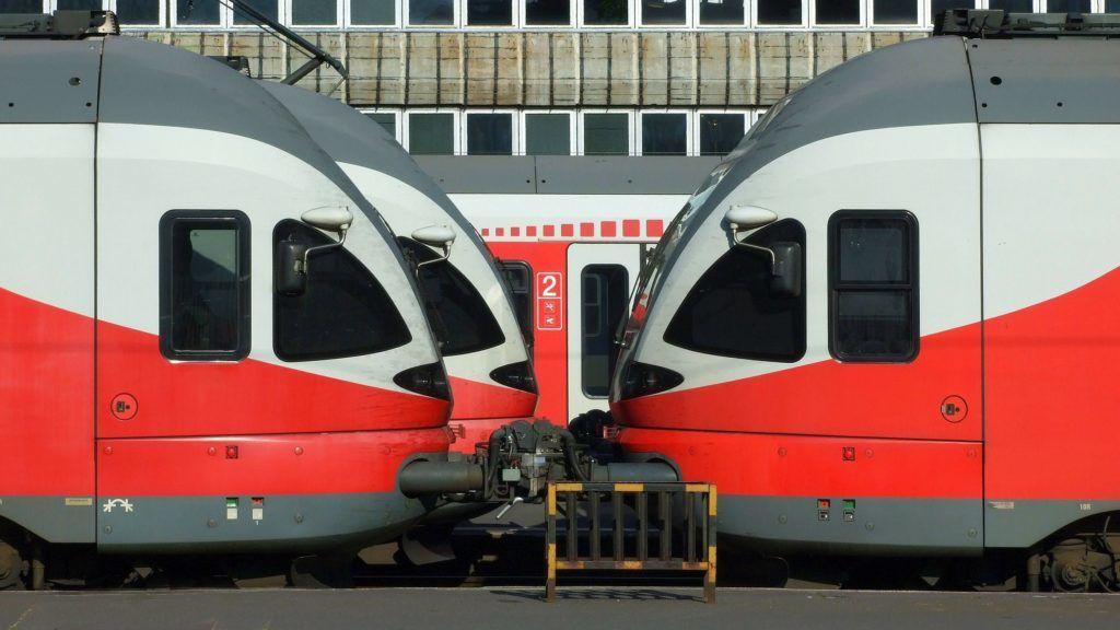 Budapest, 2018. szeptember 15. Indulásra vár a MÁV Start Zrt. három Stadler Flirt típusú modern vasúti szerelvénye a fõváros Déli Pályaudvarán, a fõépülett melletti vágányokon.  MTVA/Bizományosi: Jászai Csaba  *************************** Kedves Felhasználó! Ez a fotó nem a Duna Médiaszolgáltató Zrt./MTI által készített és kiadott fényképfelvétel, így harmadik személy által támasztott bárminemû – különösen szerzõi jogi, szomszédos jogi és személyiségi jogi – igényért a fotó készítõje közvetlenül maga áll helyt, az MTVA felelõssége e körben kizárt.
