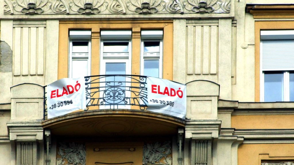 Budapest, 2018. szeptember 25. Eladó lakást hirdetnek az erkélyre kitett transzparensek a fõváros XIII. kerületében, a Szent István körút egyik régi díszes lakóépületén. MTVA/Bizományosi: Jászai Csaba  *************************** Kedves Felhasználó! Ez a fotó nem a Duna Médiaszolgáltató Zrt./MTI által készített és kiadott fényképfelvétel, így harmadik személy által támasztott bárminemû – különösen szerzõi jogi, szomszédos jogi és személyiségi jogi – igényért a fotó készítõje közvetlenül maga áll helyt, az MTVA felelõssége e körben kizárt.