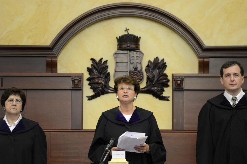 Budapest, 2013. július 4. Vezekényi Ursula tanácsvezetõ bíró (k), valamint Török Judit (b) és Osztovits András (j) bírók a lakossági devizahitel-szerzõdés semmisségének megállapítása iránt indított per ítélethirdetésén a Kúrián 2013. július 4-én. A Kúria döntése szerint a vitatott devizahitel-szerzõdés érvényes, de az árfolyamrés egy százalék plusz-mínusz fél százalék lehet. MTI Fotó: Kovács Tamás
