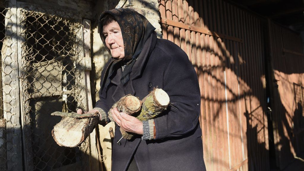 Dány, 2017. január 11. Kovács Istvánné segít a közmunkásoknak udvarába hordani a Belügyminisztérium által meghirdetett tüzelõanyag-pályázat keretében elnyert támogatásból vásárolt tûzifát Dányban 2017. január 11-én. A minisztérium saját keretébõl biztosít tüzelõanyag-támogatást az ötezer lakos alatti településeken élõ rászorulóknak, a pályázat 180 ezer embernek jelent segítséget. MTI Fotó: Kovács Tamás