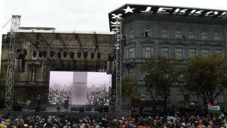 Budapest, 2017. október 23.Orbán Viktor miniszterelnök beszédet mond az 1956-os forradalom és szabadságharc emléknapján tartott állami ünnepségen a Terror Háza Múzeum előtt 2017. október 23-án.MTI Fotó: Kovács Tamás