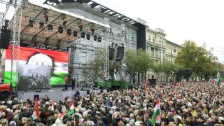 Budapest, 2018. október 23.Az 1956-os forradalom és szabadságharc kitörésének 62. évfordulóján tartott megemlékezés résztvevői a fővárosi Terror Háza Múzeumnál 2018. október 23-án.MTI/Kovács Tamás