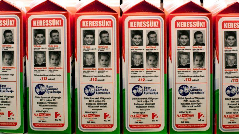 Budapest, 2011. május 19. Eltûnt gyerekek fotóival ellátott tejesdobozok egy élelmiszer-áruházban. Négyszázezer tejesdobozon és tízezer egyéb termék csomagolásán jelenik meg négy évek óta eltûnt magyar fiatal képe. Az egyedülálló akcióban, amely az 1000 Lámpás Éjszakája elnevezésû kampány része, december 31-ig lesznek láthatóak a négy fiatal, Till Tamás, Strehó Gergõ, Ackermann Dávid és Gödöllei Dominika képei és adatai. Az eltûnt gyerekeket családtagjaik évek óta hiába várják haza. Az akcióhoz az Alföldi Tej Kft, a Crystal International Kft, a Budapesti Rendõr-fõkapitányság és az Országos Rendõr-fõkapitányság mellett számos civil szervezet is csatlakozott. MTI Fotó: Kallos Bea