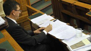 Budapest, 2013. május 15.Domokos László, az Állami Számvevőszék (ÁSZ) elnöke jegyzetel az ÁSZ 2012. évi szakmai tevékenységéről és az intézmény működéséről szóló beszámoló elfogadásáról tartott országgyűlési határozati javaslat vitája közben az Országgyűlés plenáris ülésén 2013. május 15-én.MTI Fotó: Kovács Attila