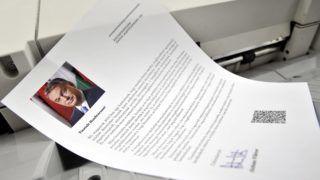 Budapest, 2015. május 5. Nyomtatják a bevándorlásról szóló nemzeti konzultáció kérdõíveit a Közigazgatási és Elektronikus Közszolgáltatások Központi Hivatalában (KEKKH), Budapesten 2015. május 5-én. A KEKKH, a közlönykiadó és a Magyar Posta együtt hivatott arra, hogy a több mint nyolcmillió küldeményt eljuttassa a választókhoz. MTI Fotó: Kovács Attila