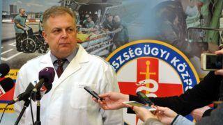 Budapest, 2017. március 22. Tamás Róbert, az MH Egészségügyi Központ-Honvédkórház orvosigazgatója sajtótájékoztatót tart 2017. március 22-én a kórházban, ahol meghalt délben a veronai baleset legsúlyosabb égési sérültje, a busz egyik utasa. MTI Fotó: Kovács Attila