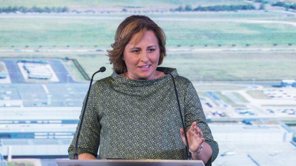 Kecskemét, 2018. június 5. Szemereyné Pataki Klaudia (Fidesz-KDNP) polgármester beszédet mond a Mercedes-Benz Manufacturing Hungary Kft. mûködõ autógyára szomszédságában felépülõ új gyár digitális alapköve elhelyezése elõtt 2018. június 5-én. A beruházás egymilliárd euróból, mintegy 320 milliárd forintból valósul meg és több mint 2500 új munkahelyet teremt. MTI Fotó: Ujvári Sándor