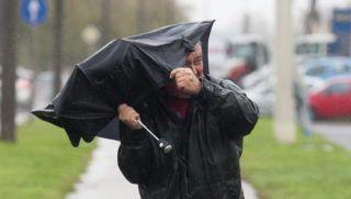 Nagykanizsa, 2013. november 11. Egy férfi megtépázott esernyõjével halad a viharos szélben a Zala megyei Nagykanizsán 2013. november 11-én. Másodfokú figyelmeztetõ jelzést adott ki az Országos Meteorológiai Szolgálat hétfõ éjfélig Zala és Vas megyére a várható viharos erõsségû szél, illetve Somogy és Zala megyére az esõzések miatt. MTI Fotó: Varga György