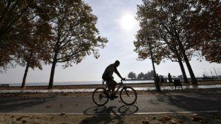 Balatonfüred, 2017. október 18. Kerékpáros az októberi napsütésben a balatonfüredi Balaton-parton 2017. október 18-án. MTI Fotó: Illyés Tibor
