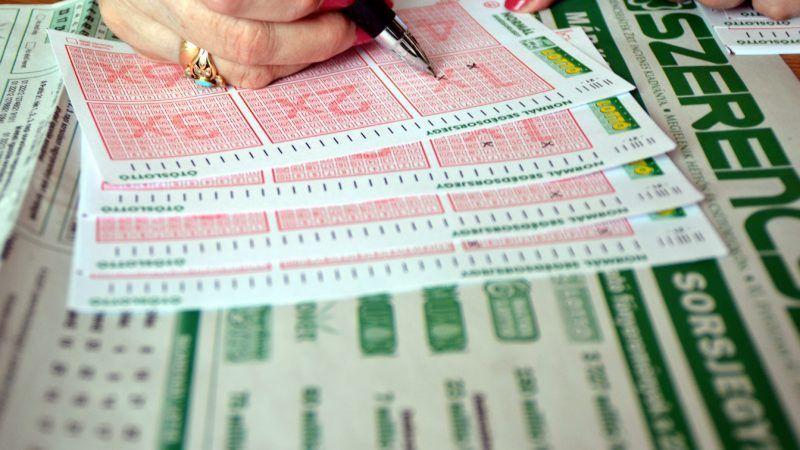 Budapest, 2012. május 30. Egy fogadó egy szelvényt tölt ki egy lottózóban, ahol sokkal többen játszanak a nagy nyeremény reményében. Az ötös lottón  minden idõk második legnagyobb nyereményét veheti fel az játékos aki a 22. héten mind az öt számot eltalálja. A nyereménye várhatóan 3 milliárd 727 millió forint lesz. MTI Fotó: Balaton József