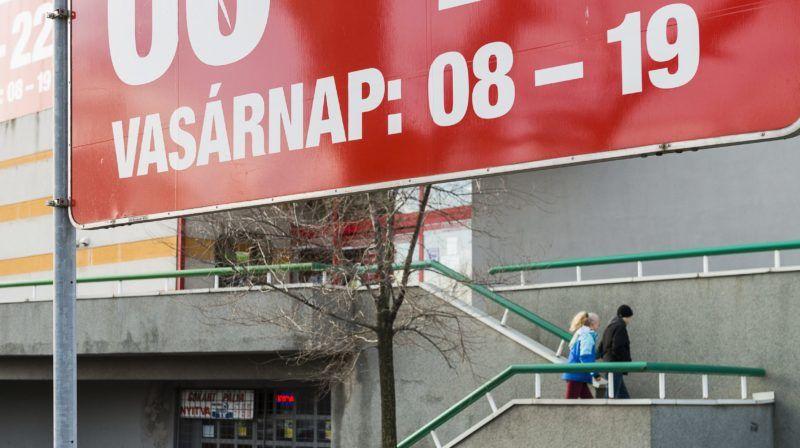 Nyíregyháza, 2014. december 7. Vásárlók mennek egy szupermarketbe Nyíregyházán 2014. december 7-én. Több ponton is változtatna két fideszes módosító indítvány az üzletek vasárnapi nyitva tartását korlátozó KDNP-s törvényjavaslaton. MTI Fotó: Balázs Attila