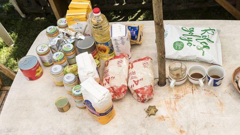 Vásárosnamény, 2017. június 13.Élelmiszercsomag tartalma Vásárosnaményban, Rózsa András és Milák Ildikó Kraszna úti házának udvarán 2017. június 13-án. Ételcsomagot kapnak egy európai uniós támogatású program segítségével havonta a Szabolcs-Szatmár-Bereg, Hajdú-Bihar és Borsod-Abaúj-Zemplén megyében élő, háromévesnél fiatalabb hátrányos helyzetű gyermekek.MTI Fotó: Balázs Attila