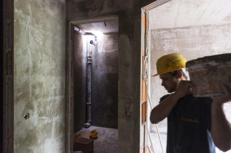 Nyíregyháza, 2017. június 14. Épülõ társasház a nyíregyházi Dózsa György utcában 2017. június 14-én. A városban dinamikusan növekszik az új lakások száma, 2015-ben 91 lakás, 2016-ban több mint négyszer annyi, 371 épült. Az idei év elsõ öt hónapjában 325 lakásra adtak ki építési engedélyt, így várhatóan az év végére 600 új lakás építése kezdõdik meg. MTI Fotó: Balázs Attila