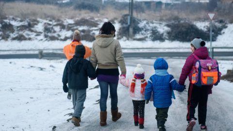 Salgótarján, 2017. január 11. Egy anya iskolába indul néhány gyerekkel a Menedék Családok Átmeneti Otthonából Salgótarjánban 2017. január 11-én. A Magyar Vöröskereszt Nógrád Megyei Szervezete által fenntartott intézmény olyan halmozottan hátrányos helyzetû családoknak nyújt elhelyezést, amelyek bántalmazással összefüggõ, szociális, vagy pszichés okokból kerültek krízishelyzetbe. Az otthonban 2016-ban ötvenkilenc felnõtt és százhúsz gyerek kapott elhelyezést. MTI Fotó: Komka Péter