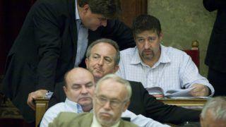 Budapest, 2012. október 1. Varga Gábor (b) és Simonka György fideszes képviselõk beszélgetnek az Országgyûlés plenáris ülésén 2012. október 1-jén a Parlamentben. MTI Fotó: Koszticsák Szilárd