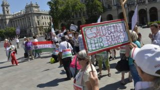 Budapest, 2014. július 4. Az Otthonvédelmi Tanács demonstrációja az Országház elõtti Kossuth téren 2014. július 4-én. A résztvevõk a devizahitelek eltörlését, a hitelesek kártalanítását és a felelõsök megbüntetését követelték. MTI Fotó: Koszticsák Szilárd