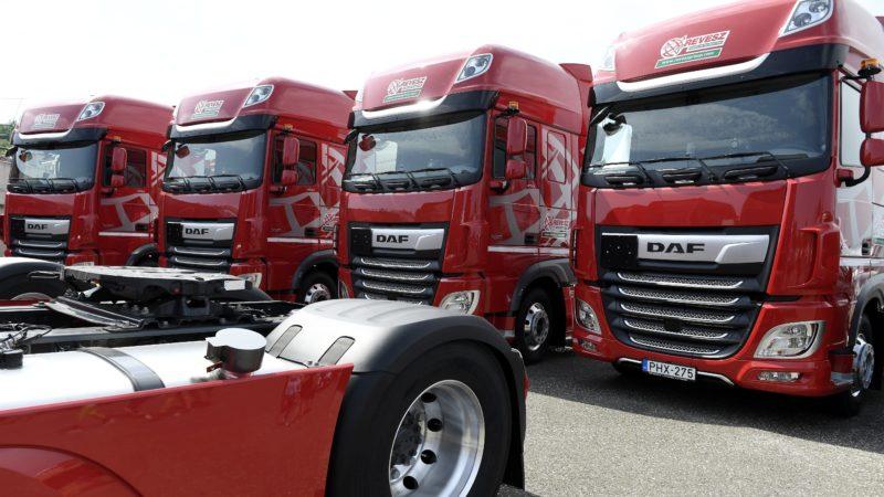 Mogyoród, 2017. augusztus 27. DAF kamionok a Révész cégcsoport és a DAF közös bejelentésén a mogyoródi Hungaroringen 2017. augusztus 27-én. Az eseményen Kelet-Magyarország egyik legmeghatározóbb logisztikai szolgáltatója és fuvarozó vállalata, a Révész Group és a DAF bejelentette, hogy a szolgáltató 370 új DAF kamiont szerez be. A 370 kamiont jelképezõ kulcsot Révész Bálint, a Révész Group tulajdonosa vette át. MTI Fotó: Koszticsák Szilárd