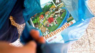 Gyál, 2018. augusztus 29. Tankönyveit mutatja egy diák a Gyáli Bartók Béla Általános Iskolában 2018. augusztus 29-én. Az oktatási intézményekbe kevesebb mint egy hónap alatt 12,5 millió tankönyv került ki, ezek közül közel 8,5 millió az állami fejlesztésben kidolgozott kiadvány, a többit magánkiadók adták ki, közölte előző napi tájékoztatóján Rétvári Bence, az Emberi Erőforrások Minisztériumának parlamenti államtitkára. MTI Fotó: Koszticsák Szilárd