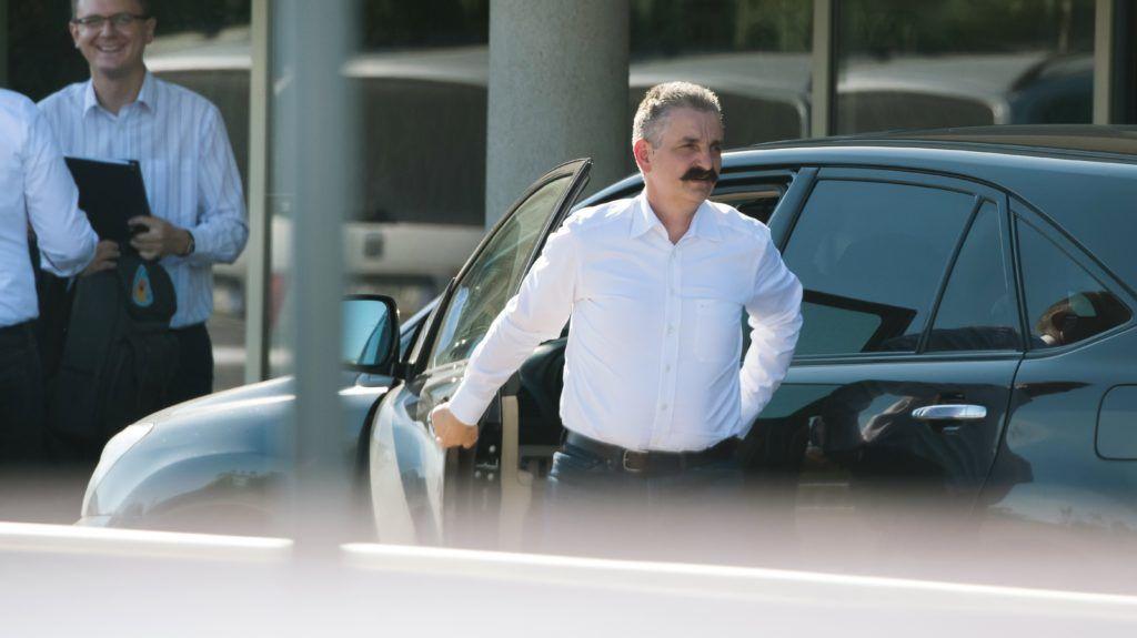 Velence, 2018. szeptember 12. Tessely Zoltán (j) érkezik a Fidesz-KDNP frakciószövetség háromnapos kihelyezett ülésére egy velencei szállodába 2018. szeptember 12-én. Balra Rétvári Bence, az Emberi Erõforrások Minisztériumának parlamenti államtitkára. MTI Fotó: Koszticsák Szilárd