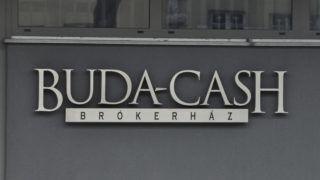 Budapest, 2015. február 24. Felirat a Buda-Cash Brókerház Zrt. épületén Budapesten, a XI. kerületi Ménesi úton 2015. február 24-én. A Magyar Nemzeti Bank (MNB) több évtizedes visszaélés-sorozatot gyanít a Buda-Cash Brókerháznál, ezért azonnali hatállyal felfüggesztette mûködési engedélyét, és a brókerházzal összefüggésbe hozható Dél-Dunántúli Regionális Bank (DRB) bankcsoporthoz tartozó négy banknál is korlátozó intézkedéseket, így a betétkifizetés 1 millió forintos korlátozását rendelte el. MTI Fotó: Sallmayer Gábor