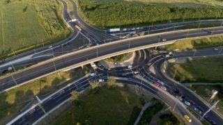 Budapest, 2017. június 9. Drónnal készült felvétel az M0-s elkerülõ út és a 11-es fõút csomópontjában átépített körforgalomnál közlekedõ gépjármûvekrõl a Megyeri híd közelében az átadó napján, 2017. június 9-én. Az autósokat jelzõlámpák segítik, amelyek nem fix programokkal, hanem forgalomfüggõ üzemmódban mûködnek. MTI Fotó: Ruzsa István