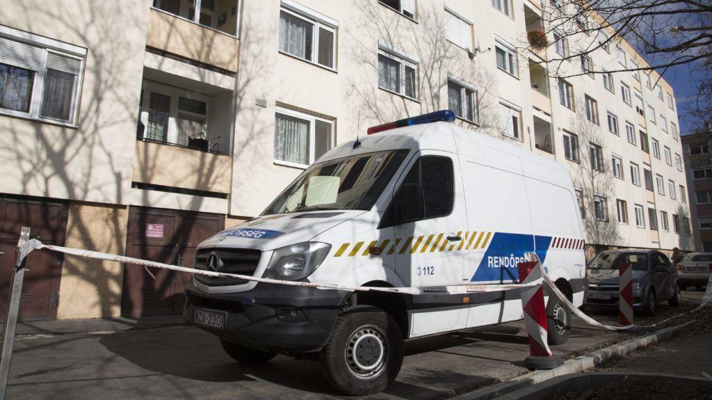 Sopron, 2017. november 3. Rendõrautó áll egy soproni ház elõtt, ahol egy lakásban holtan találtak egy idõs nõt és férfit 2017. november 3-án. A helyszínen egy 42 éves férfit elõállítottak emberölés gyanúja miatt. MTI Fotó: Nyikos Péter
