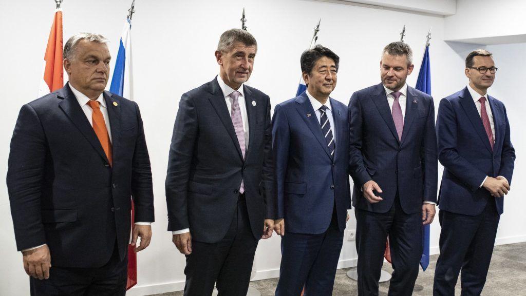 Brüsszel, 2018. október 18. A Miniszterelnöki Sajtóiroda által közzétett képen Orbán Viktor magyar (b) Andrej Babis cseh (b2), Abe Sindzó japán (k), Peter Pellegrini szlovák (j2), és Mateusz Morawiecki lengyel (j) miniszterelnök a V4+Japán csúcstalálkozón Brüsszelben, a szlovák állandó képviseleten 2018. október 18-án. MTI/Miniszterelnöki Sajtóiroda/Szecsődi Balázs