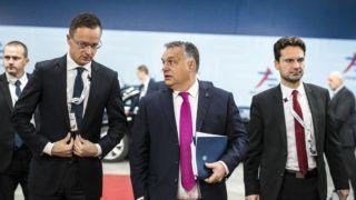 Brüsszel, 2018. október 19. A Miniszterelnöki Sajtóiroda által közzétett képen Orbán Viktor miniszterelnök (k) és Szijjártó Péter külgazdasági és külügyminiszter (b) érkezik a brüsszeli Ázsia-Európa csúcstalálkozóra 2018. október 19-én. MTI/Miniszterelnöki Sajtóiroda/Szecsõdi Balázs