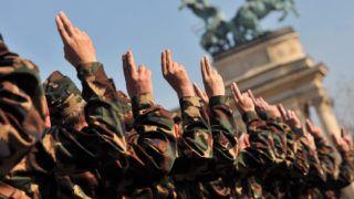 Budapest, 2012. október 4.Önkéntes tartalékos katonák esküt tesznek a Hősök terén 2012. október 4-én. Szeptember 24-én közel 1300 fő önkéntes műveleti tartalékos katona kezdte meg a tíznapos szakfelkészítést, amelynek zárásaként három helyszínen (Budapest, Tata, Debrecen) ünnepélyes katonai esküt tettek.MTI Fotó: Máthé Zoltán