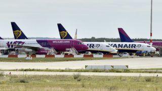 Budapest, 2017. szeptember 15. A magyar hátterû Wizz Air és az ír Ryanair diszkont légitársaságok repülõgépei a Liszt Ferenc Nemzetközi Repülõtéren 2017. szeptember 15-én. A világ egyik legmodernebb repülõtéri tûzoltóautóját, az osztrák Rosenbauer gyár legújabb fejlesztésû Panther 6x6-os tûzoltó jármûvét adták át a Fõvárosi Katasztrófavédelmi Igazgatóság (FKI) kötelékébe tartozó Repülõtéri Hivatásos Tûzoltóparancsnokság tûzoltóinak. Az új tûzoltóautó érdekessége a korábbi modelleknél másfélszer nagyobb szivattyúteljesítmény (9000 liter percenként) és az a 16 méteres, hõkamerával felszerelt kinyitható oltókar, amivel még hatékonyabb lehet az oltás, akár az széles törzsû nagy repülõgépek esetében is mint a Boeing 777 vagy 747-8F, amelyek rendszeres vendégek a budapesti repülõtéren. MTI Fotó: Máthé Zoltán