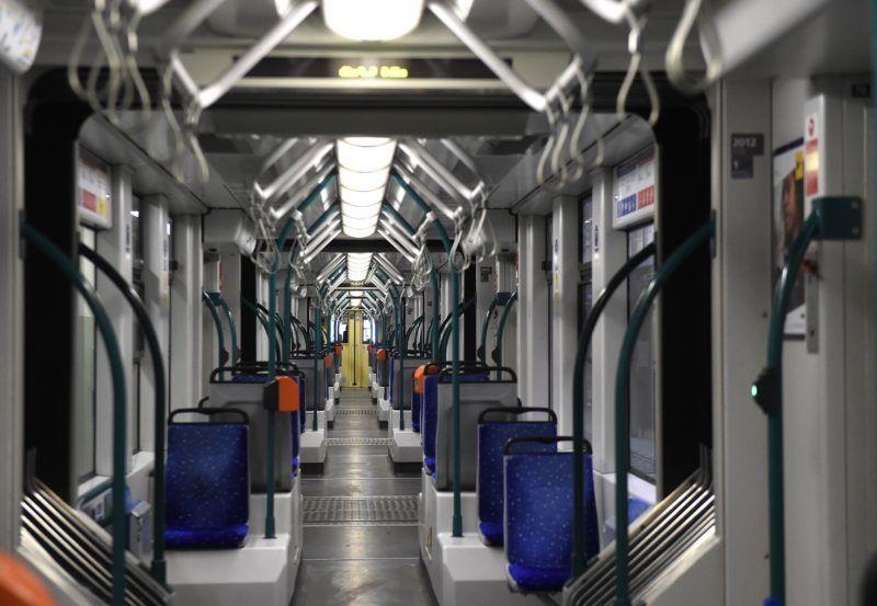 Budapest, 2017. szeptember 12. Combino villamos belseje a BKV Zrt. Hungária Jármûfenntartó Üzemében 2017. szeptember 12-én. Forgalomba állt a Nagykörúton a hatodik, FUTÁR-rendszerrel és a biztonságosabb utazást elõsegítõ fedélzeti kamerarendszerrel felszerelt Combino villamos. Az eszközök telepítése folyamatos, várhatóan 2018 tavaszára mind a 40 forgalomban lévõ szerelvény megjelenik az utazástervezõben, és kamerával felszerelve közlekedik majd a Nagykörúton, illetve az 1-es villamos vonalán. MTI Fotó: Bruzák Noémi