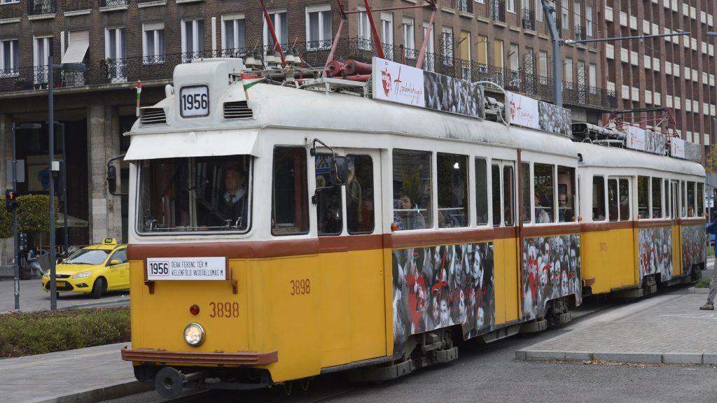 Budapest, 2017. október 22. Az 1956-os jelzésû, a forradalom és szabadságharcnak emléket állító külsõvel közlekedõ különjárati villamos a Deák téren 2017. október 22-én. A járat a 6-os és a 49-es villamos vonalán közlekedik október 22-tõl november 4-ig, délutánonként. MTI Fotó: Soós Lajos