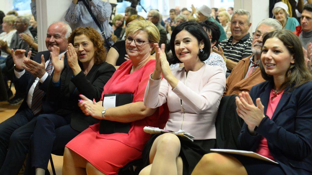 Budapest, 2018. szeptember 28. Németh Angéla, a Rászorulókat Támogatók Egyesülete és a Magyar Szolidaritás Mozgalom színeiben induló, az MSZP, a DK, a Párbeszéd és a Liberálisok által támogatott XV. kerületi polgármesterjelölt (k), mellette Kunhalmi Ágnes, az MSZP országos választmányának elnöke, országgyûlési képviselõ (j), Bõsz Anett, a Liberálisok ügyvivõje (j), valamint Vadai Ágnes, a DK alelnöke, országgyûlési képviselõ (b2) és Hajdu László, a DK parlamenti képviselõje (b) Németh Angéla kampányzáró rendezvényén a fõvárosi Kikötõ Ifjúsági Közösségi Szigetben 2018. szeptember 28-án. A Rákospalotából, Pestújhelybõl és Újpalotából álló kerületben szeptember 30-án tartják az idõközi polgármester választást, amelyet azért kellett kiírni, mert Hajdu Lászlót áprilisban országgyûlési képviselõvé választották. MTI Fotó: Soós Lajos