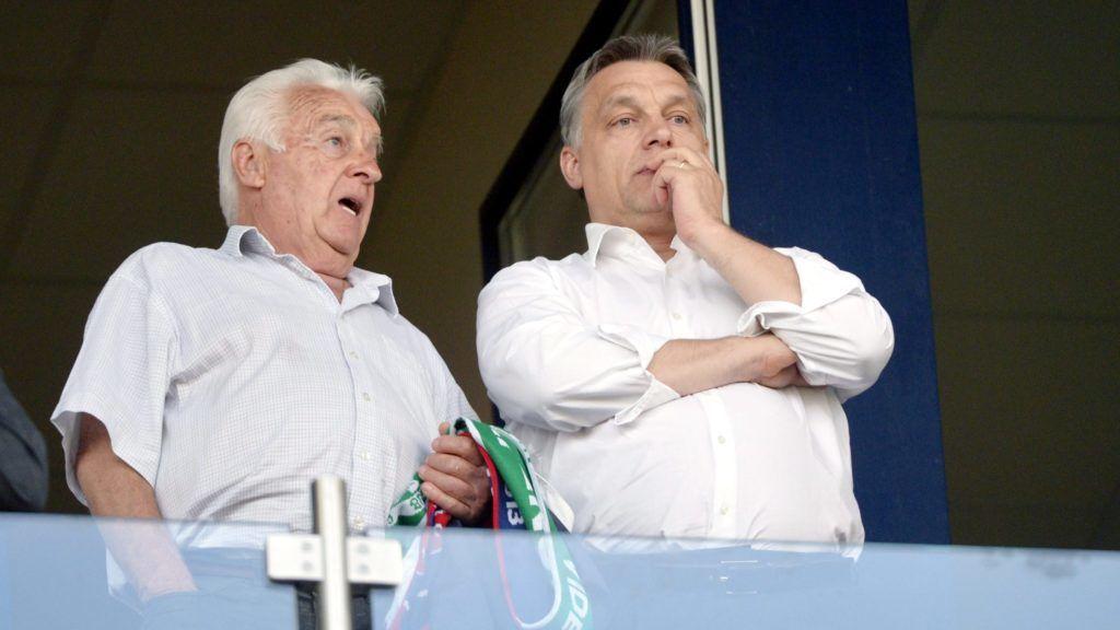 Székesfehérvár, 2013. április 24. Orbán Viktor miniszterelnök (j) és édesapja, Orbán Gyõzõ a VIP-páholyban a labdarúgó Ligakupa döntõjeként vívott Ferencváros - Videoton FC találkozón a székesfehérvári Sóstói Stadionban 2013. április 24-én. A Ferencváros története során elõször hódította el a Ligakupát, miután a fináléban 5-1-re legyõzte a címvédõ Videotont. MTI Fotó: Beliczay László