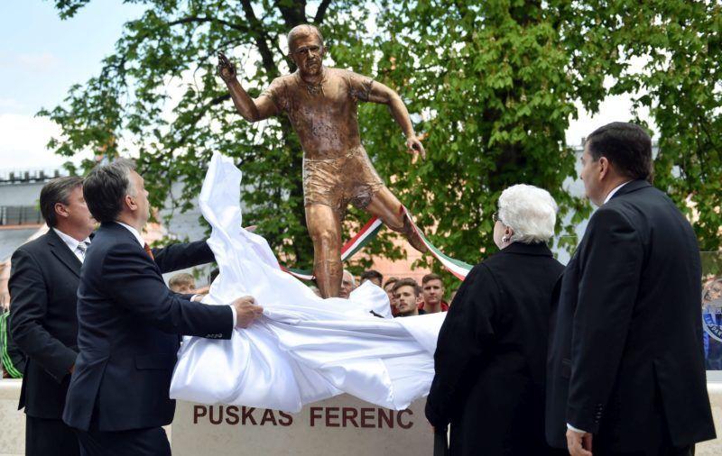 Felcsút, 2014. április 21. Orbán Viktor miniszterelnök (b2) és Puskás Ferencné, az Aranycsapat egykori csapatkapitányának özvegye leleplezik a felcsúti Puskás Ferenc Labdarúgó Akadémia (PFLA) mértani középpontjában a névadó egész alakos bronzszobrát, Domonkos Béla alkotását 2014. április 21-én. Balra Jakab János felügyelõbizottsági elnök, jobbra a szobrot adományozó Végh Gábor. MTI Fotó: Beliczay László