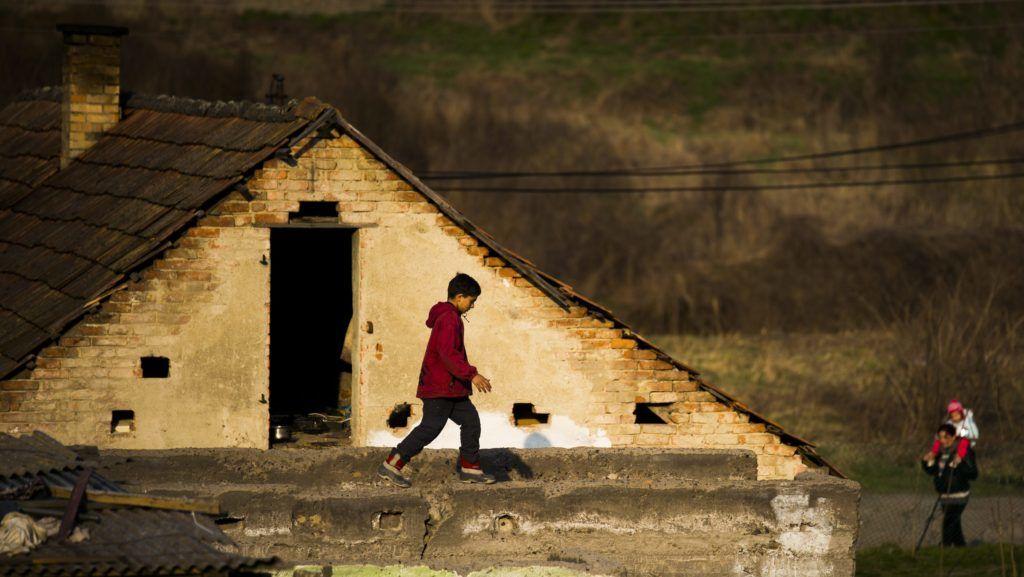 Gyöngyöspata, 2015. március 25. Kisfiú egy romos lakóház tetején a gyöngyöspatai cigánysoron 2015. március 24-én. A Kiscsillag Játszó- és Fejlesztõház, amely 2014-ben indított programot a településen hátrányos helyzetû roma gyerekek felzárkóztatására, mostantól Careamic Játszó- és Fejlesztõházként folytatja tevékenységét. MTI Fotó: Balogh Zoltán