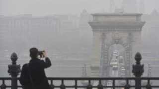 Budapest, 2017. február 15. Egy turista fényképez a szmogos, ködös idõben a Lánchíd budai hídfõje közelében 2017. február 15-én. Budapesten ismét elrendelte Tarlós István fõpolgármester a szmogriadó tájékoztatási fokozatát, miután a mérõállomásokon a szálló por légszennyezettségi szintje február 13-án három, 14-én pedig négy mérõponton meghaladta a tájékoztatási küszöbértéket. MTI Fotó: Balogh Zoltán
