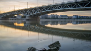 Budapest, 2017. szeptember 11. Hosszú expozíciós idõvel készült felvételen a Petõfi híd 2017. szeptember 11-én. Nyolcvan éve, 1937. szeptember 12-én adták át a forgalomnak a hetedik budapesti Duna-hidat, amelyet akkor Horthy Miklósról neveztek el. MTI Fotó: Balogh Zoltán