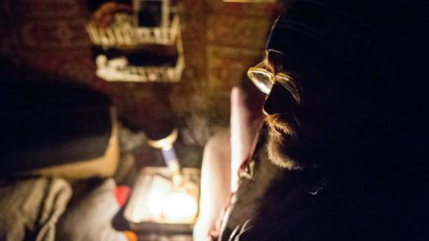 Budapest, 2018. február 26.Hajléktalan férfi kunyhójában a főváros XIX. kerületében 2018. február 25-én. A Menhely Alapítvány munkatársai a hideg idő miatt a nappali melegedőbe és az éjjeli menedékhelyre próbálják eljuttatni az utcán élőket.MTI Fotó: Balogh Zoltán