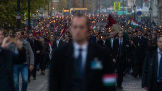Budapest, 2018. október 22. Az 1956-os forradalom és szabadságharc emléknapja alkalmából tartott ünnepi fáklyás felvonulás résztvevõi a fõvárosi Lánchíd utcában 2018. október 22-én. MTI/Balogh Zoltán