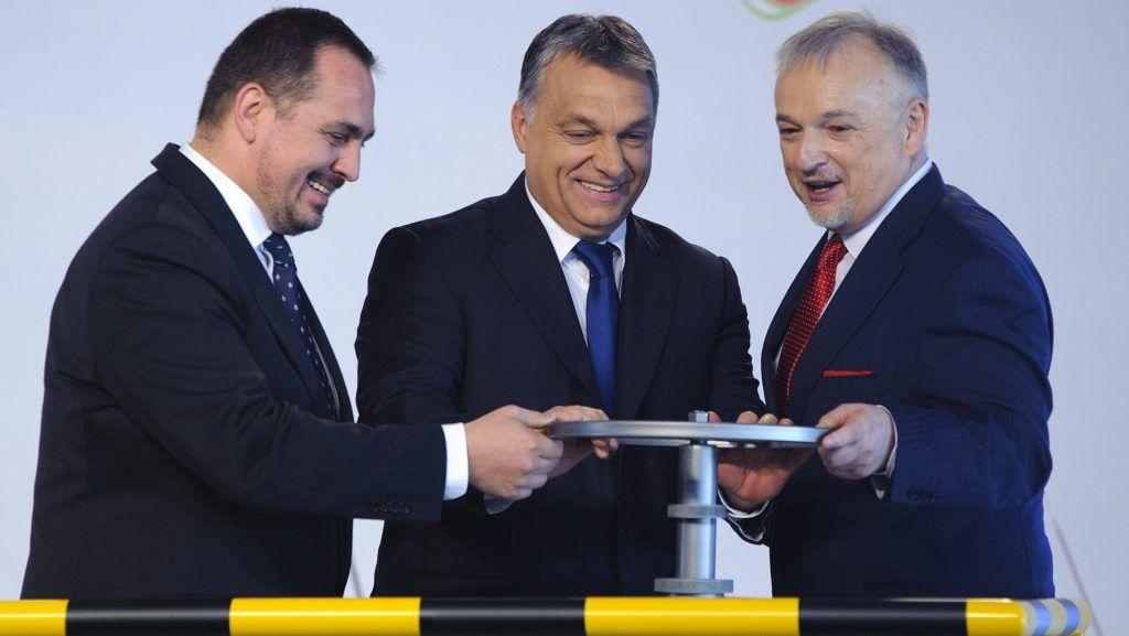 Tiszaújváros, 2015. november 10. Orbán Viktor miniszterelnök (k), Hernádi Zsolt, a Mol-csoport elnök-vezérigazgatója (j) és Mengyi Roland fideszes országgyûlési képviselõ (b) a Mol Nyrt. tiszaújvárosi butadién-kinyerõ üzemének avatásán 2015. november 10-én. MTI Fotó: Czeglédi Zsolt