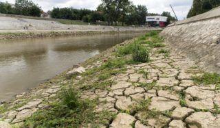 Gyõr, 2018. augusztus 14. A Rába ártere alacsony vízállásnál Gyõr belvárosában 2018. augusztus 14-én. MTI Fotó: Krizsán Csaba