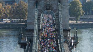 Budapest, 2017. október 15. A 32. Spar Budapest Maraton résztvevõi futnak a Lánchídon 2017. október 15-én. MTI Fotó: Mónus Márton
