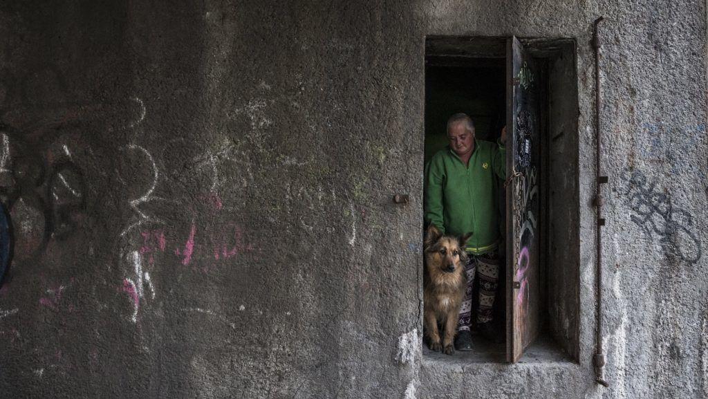 Budapest, 2017. április 25. Hajléktalan nõ és kutyája egy elhagyatott hídmesteri lakás ajtajában Budapesten 2017. április 25-én. MTI Fotó: Mónus Márton