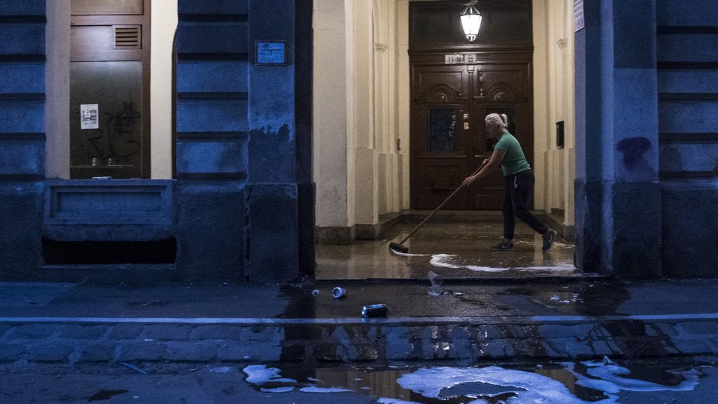 Budapest, 2018. május 28.Takarító a budapesti Dob utca egyik társasháza előtt 2018. május 28-án.MTI Fotó: Mónus Márton