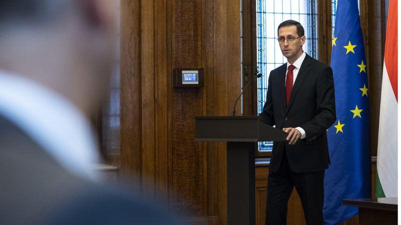 Budapest, 2018. október 4.Varga Mihály pénzügyminiszter beszél a Vazil Hudákkal, az Európai Beruházási Bank (EIB), az EU finanszírozó bankjának szlovák alelnökével tartott sajtótájékoztatón Budapesten 2018. október 4-én. A kormány 225 millió euró (73 milliárd forint) értékű hitelszerződést kötött az EIB-vel.MTI Fotó: Mónus Márton