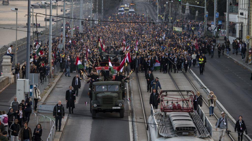 Budapest, 2018. október 22. Az 1956-os forradalom és szabadságharc emléknapja alkalmából tartott ünnepi fáklyás felvonulás résztvevõi a fõvárosi Raoul Wallenberg rakparton 2018. október 22-én. MTI/Mónus Márton